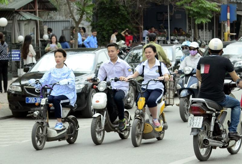 Học sinh đi xe máy điện đâm vào người khác