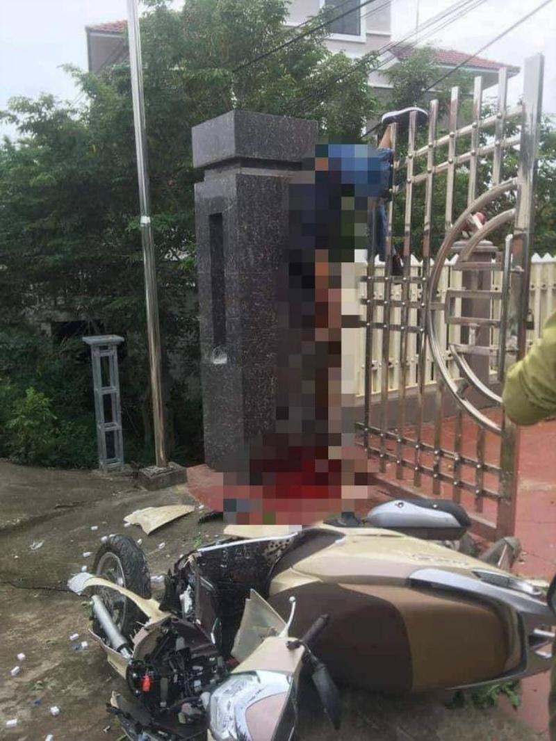 Chiêm bao thấy có người đi xe máy tông vào cánh cổng nhà bạn